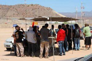 Trabajadores que desde hace varios días mantienen un bloqueo en la empresa El Boleo para exigir la destitución de su líder sindical Fulgencio Regalo Gómez.