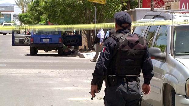 1.- El policía es un mudo testigo del cruento enfrentamiento entre células delictivas del Cartel de Sinaloa.